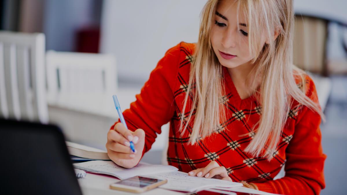 Mulher estudando marketing digital online