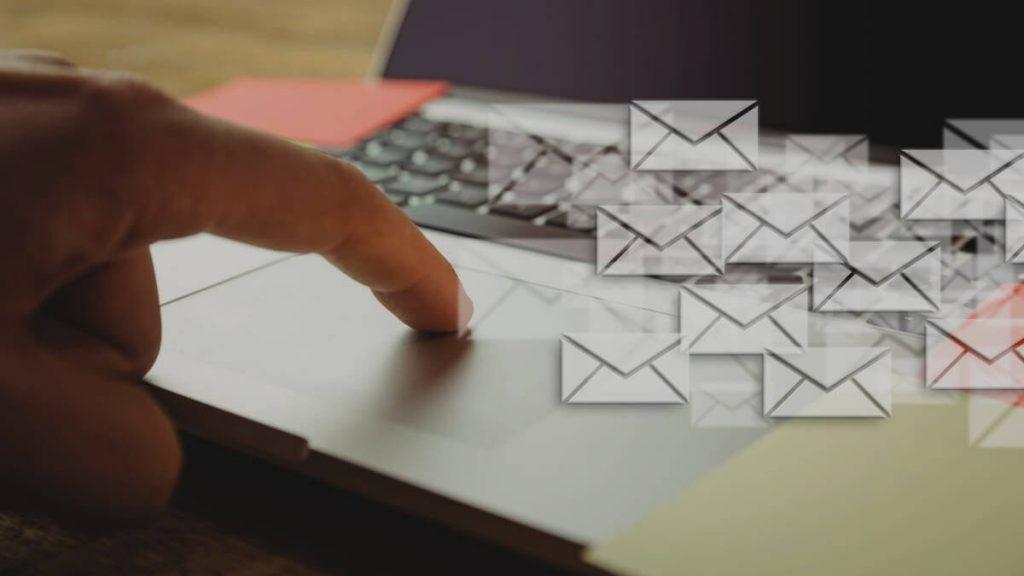 Notebook com icones de email